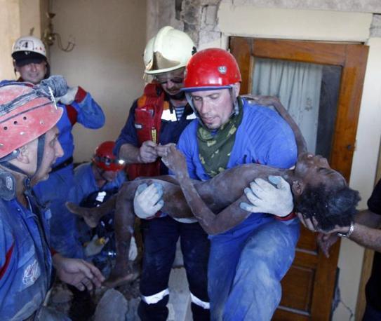 I soccorritori russi subito dopo aver estratta viva dalle macerie Senvilo Ovri, 11 ann i (Reuters)