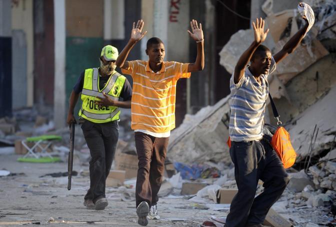 Poliziotti arrestano alcuni saccheggiatori (Epa)