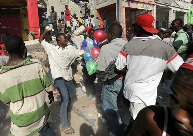 Scontri tra la gente per le strade di Haiti (Afp)