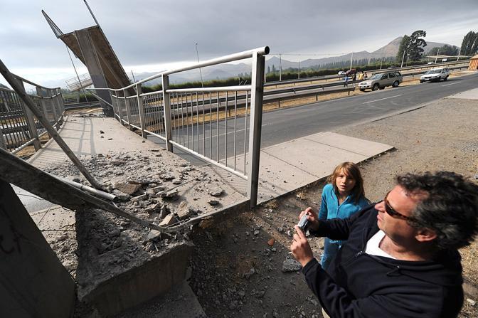 Foto a una passerella crollata fuori Santiago (Afp)