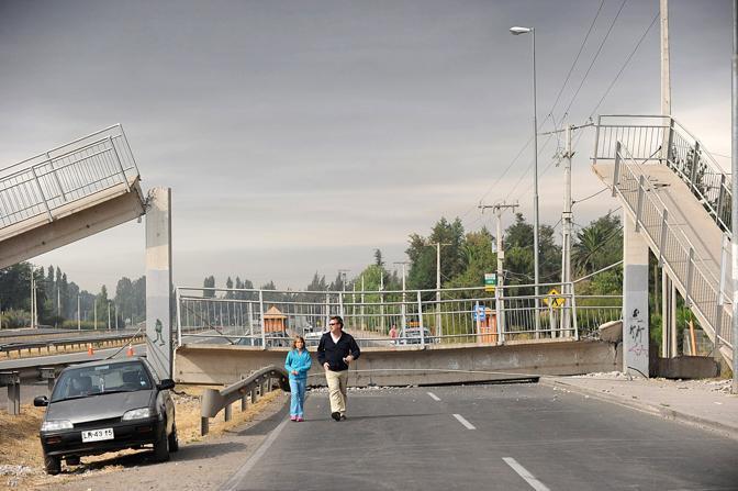 Ponte crollato a Santiago (Afp)