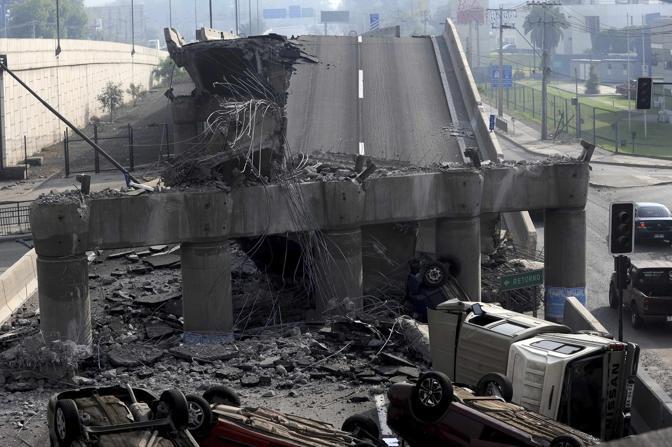 Il cavalcavia crollato a Santiago (Reuters)