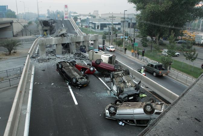 Un cavalcavia crollato vicino a Santiago ha trascinato con sé parecchie auto (Ap)
