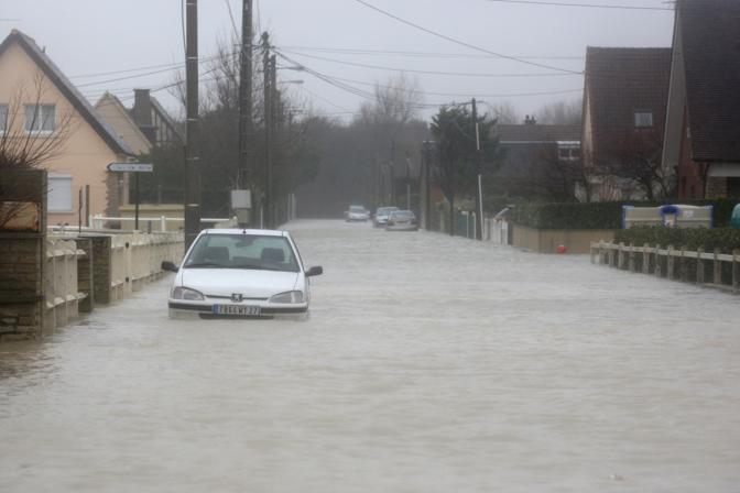 La tempesta Xynthia flagella la costa occidentale della Francia: qui il villaggio di Ver-sur-Mer (Afp)