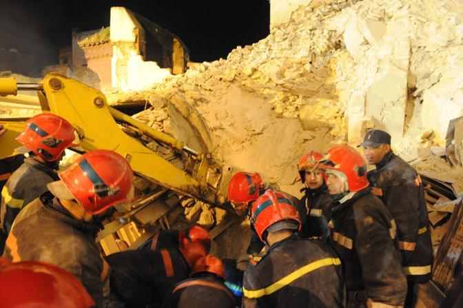 I soccorritori scavano tra le macerie (Abdelhak Senna/Afp)