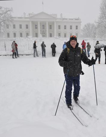 Con gli sci davanti alla Casa Bianca a Washington (Afp)