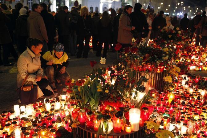 Polonia sotto choc per la tragedia aerea in cui sono morti il presidente Kaczynski e i vertici del Paese: sabato sera molti cittadini si sono radunati per una veglia di preghiera davanti al palazzo presidenziale a Varsavia (Reuters)
