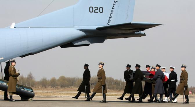 La salma del presidente Kaczynski rimpatriata a Varsavia: ad accoglierla i familiari e le massime autorità polacche (Afp)