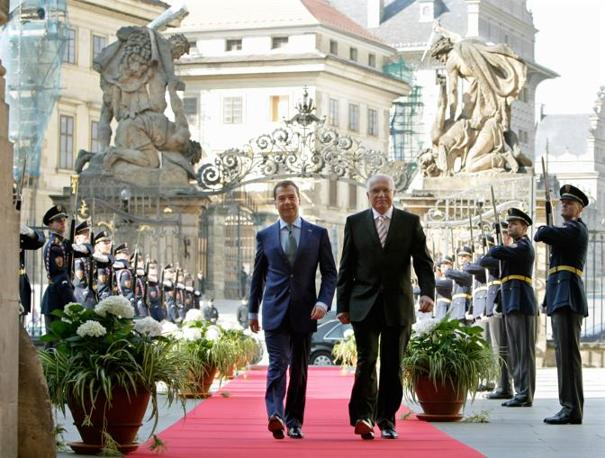 Il presidente russo Medvedev (a sinistra) con il presidente della Repubblica Ceca Vaclav Klaus (Ap)