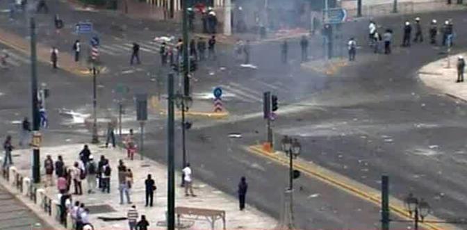 Un fermo immagine tratto da Sky TG24 che mostra gli scontri tra polizia e dimostranti davanti al parlamento ad Atene. La polizia ha risposto con gas lacrimogeni all'attacco di gruppi di giovani ai margini della manifestazione contro il piano di austerita. Secondo fonti giornalistiche incidenti sono avvenuti anche a Patrasso e Salonicco (Ansa)
