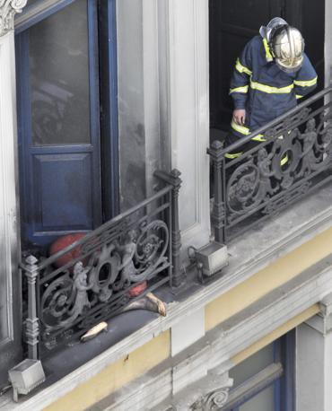 A sinistra il corpo di una delle tre persone decedute all'interno della banca presa d'assalto ad Atene  (Reuters)