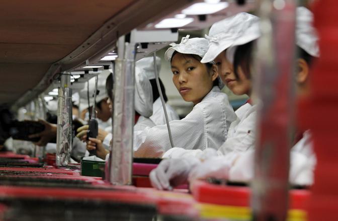 La Foxconn ha aperto le porte a giornalisti e fotografi dello stabilimento di Shenzhen, nel sud della Cina, dopo l'ondata di suicidi tra i dipendenti (10 negli ultimi mesi). La società taiwanese è partner di Apple e tra i suoi compiti c'è anche l'assempblamento degli iPad (Reuters)