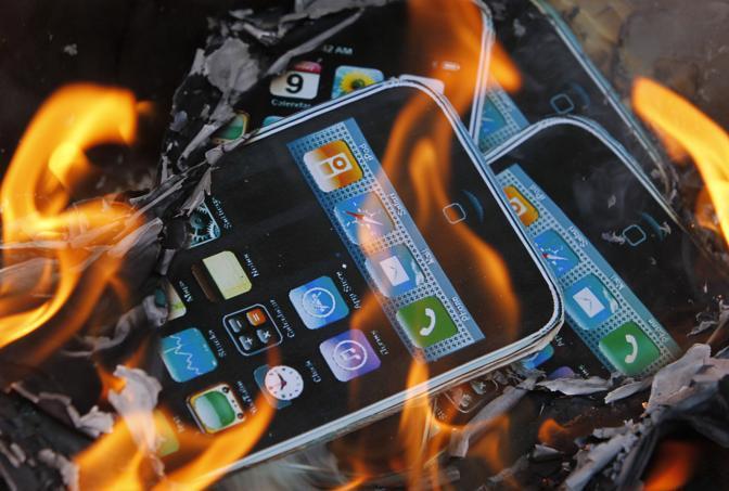 Una manifestazione di protesta dei dipendenti della Foxconn: bruciati iPhone di cartone (Ap)