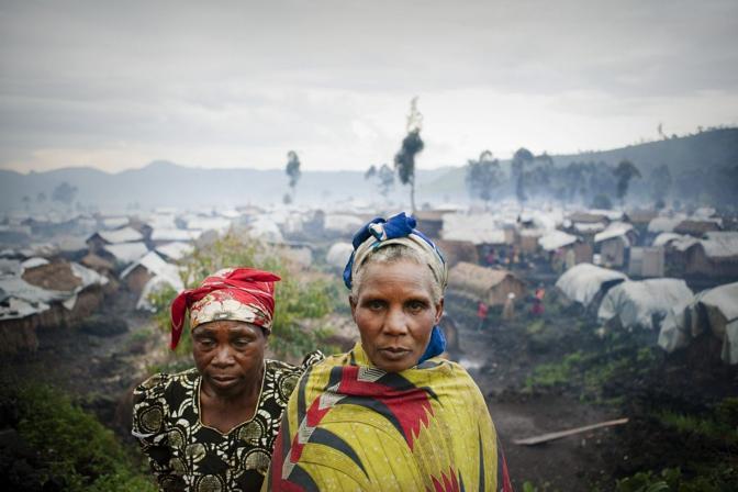 Due donne con alle spalle il campo profughi di Kitchanga, Nord Kivu (Msf)