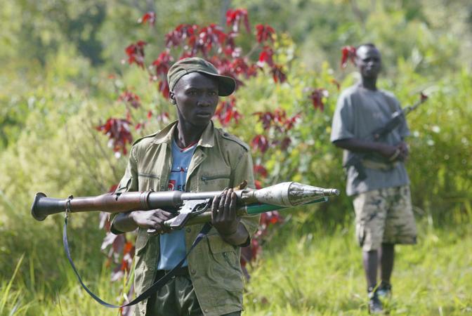 Un combattente di truppe antigovernative con un lanciagranate (Ap)