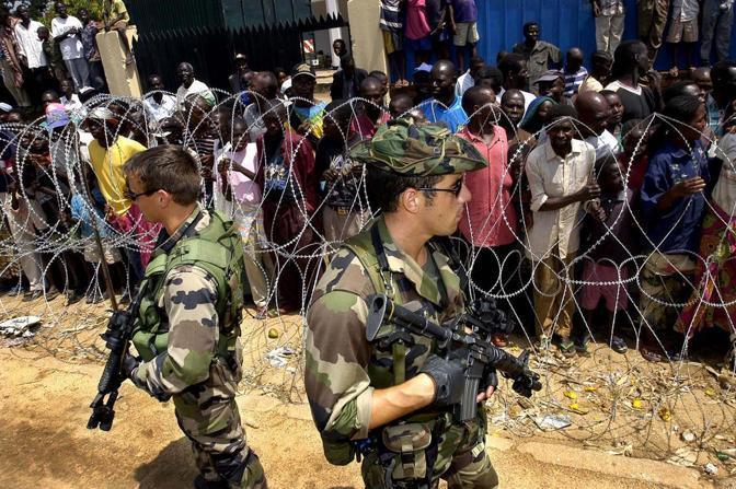Soldati  francesi  presidiano un aeroporto nella regione di Ituri (Afp)