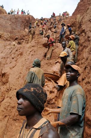 Minatori al lavoro a Chudja nei pressi della cittadina di Bunia (Afp)