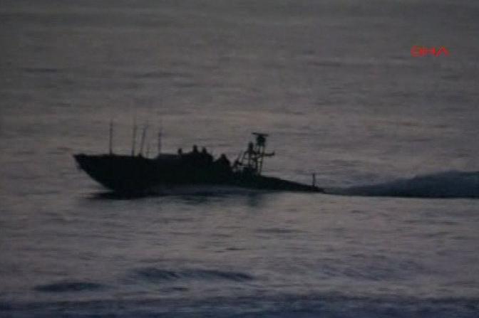 Alcune immagini dell'arrembaggio israeliano alla ''flottiglia'', la flotta internazionale di attivisti pro palestinesi che si dirigeva verso Gaza per portare aiuti umanitari. E' finito in un bagno di sangue. (AP)