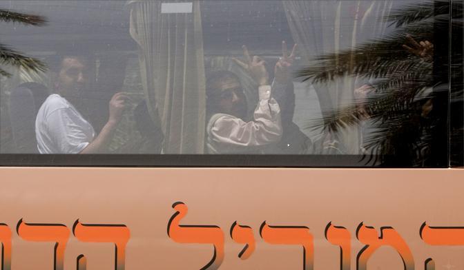 Decine di espulsioni di attivisti stranieri rimasti in stato di fermo in Israele fino a lunedì, dopo il sanguinoso blitz contro la flottiglia di aiuti in navigazione verso la Striscia di Gaza, sono in corso. Lo confermano fonti del ministero degli Esteri israeliano. L'accelerazione delle procedure è scattata sull'onda delle pressioni internazionali e dopo il via libera del gabinetto di sicurezza, presieduto dal premier Benyamin Netanyahu, al rimpatrio «immediato» di tutti gli attivisti stranieri: inclusi i sei italiani e quei turchi che in un primo momento avevano rischiato di finire sotto processo per la reazione violenta all'abbordaggio della Mavi Marmara, la nave guida del convoglio. (Afp)