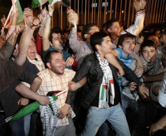 All'aeroporto di Istanbul si sono radunati 10mila manifestanti per accogliere gli attivisti (Ap)