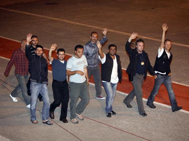 I primi 488 dei 700 pacifisti sono arrivati nella notte all'aeroporto di Istanbul, accolti come degli eroi da 10mila persone. Tra loro anche cinque dei sei italiani, attesi in patria nel pomeriggio. Il sesto, Manolo Luppichini, è rimasto a Tel Aviv ma dovrebbe partire in giornata (Reuters)