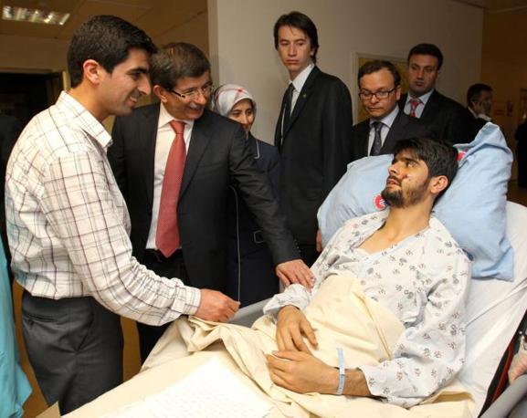 Il ministro degli Esteri turco Ahmet Davutoglu (secondo da sinistra) visita uno degli attivisti feriti all'ospedale Ataturk di Ankara (Epa)