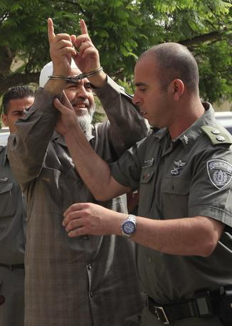 Lo sceicco Raed Salah, leader del movimento islamico degli arabo-israeliani, scortato dalla polizia israeliana fuori dal carcere di Ashqelon: è stato condannato, come altri tre attivisti, a 5 giorni di arresti domiciliari, con il divieto di andare all'estero per un mese e mezzo (Ap)