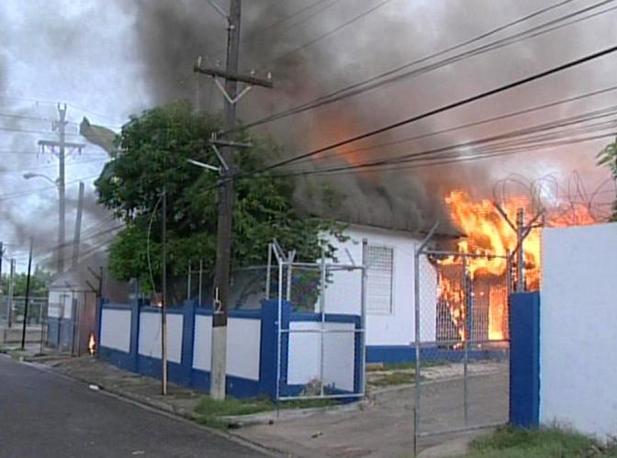 Una stazione di polizia incendiata (Reuters)