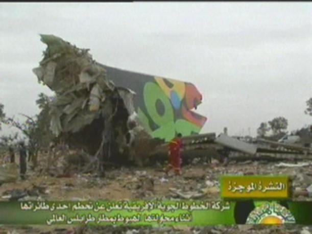I resti dell'aereo che si � schiantato a Tripoli nelle prime immagini televisive (Ap)