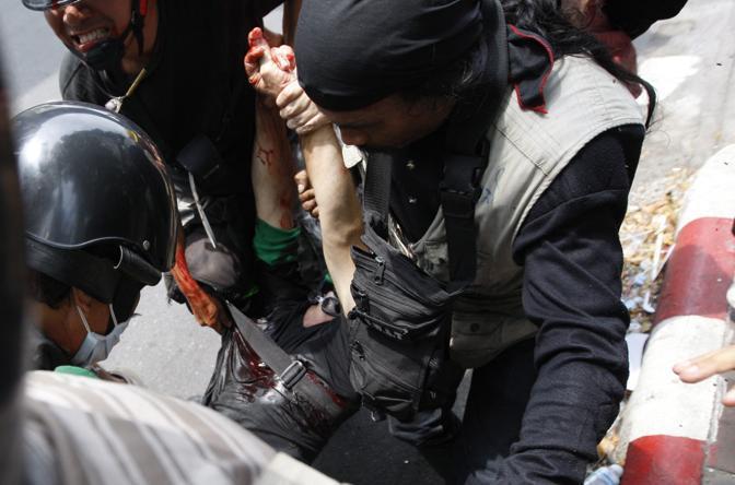 Fabio Polenghi, il fotoreporter italiano ucciso a Bangkok negli scontri viene portato in ospedale dopo essere stato colpito (Epa)