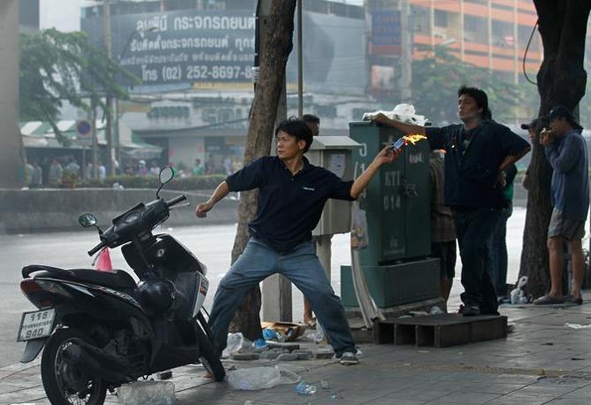 I manifestanti utilizzano armi improvvisate (Ap)