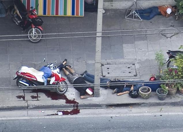 Cadaveri per la strada, vittime di un cecchino. Si ritiene fossero manifestanti anti governativi (Ap)