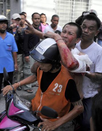 Un ferito trasportato in moto (Epa)