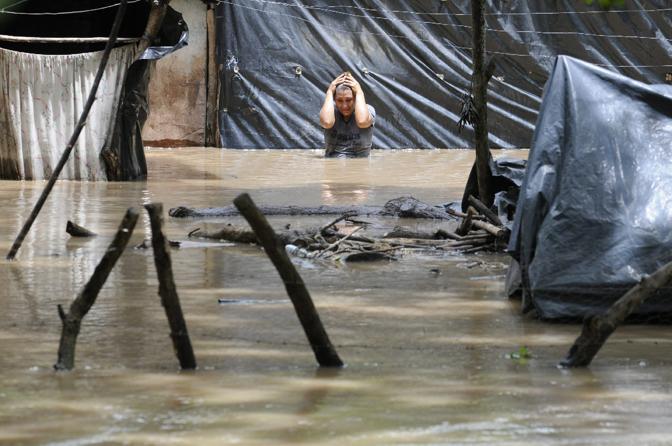 Almeno 150 persone sono morte a causa di alluvioni e frane provocate in America centrale da Agatha, la prima tempesta tropicale della stagione. Centinaia i dispersi, migliaia le persone rimaste senza casa. Nella foto, una strada di Jiquilisco, in El Salvador, completamente coperta dalle acque (Epa)