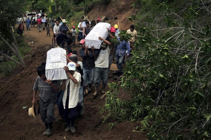 Alcune bare con le vittime del villaggio di Santa Apolonia, in Guatemala (Epa)