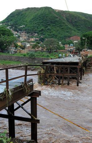 Un ponte crollato a Tegucigalpa (Afp)