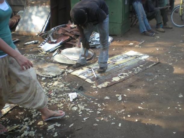 Uomini impegnati nella lavorazione dei rifiuti industriali (Vasco Veloso)
