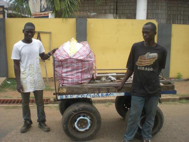 Due dei tanti ragazzi che girano per Accra alla ricerca di pezzi di metallo da vendere alle fonderie (Vasco Veloso)