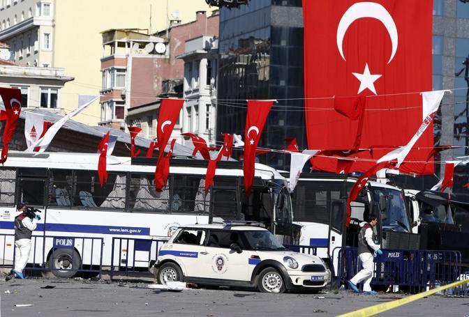 Attacco in pieno centro a Istanbul: un kamikaze si è fatto esplodere vicino a un'auto della polizia in piazza Taksim. Morto l'attentatore, ci sono anche 32 feriti: 15 poliziotti e 17 civili. Due agenti sono in gravi condizioni ma non in pericolo di vita (Reuters)