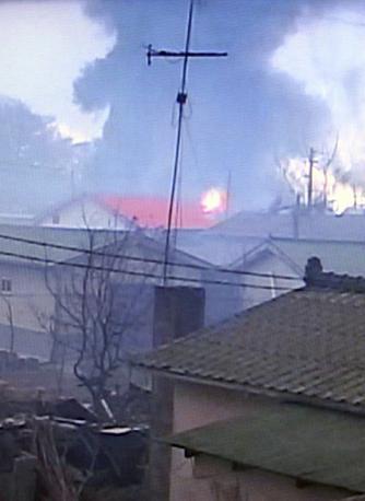 Alcune delle case in fiamme sull'isola di Yeonpyeong,  attaccata dalla Corea del Nord  (Ap)