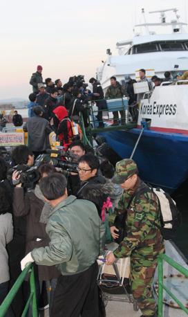 Abitanti dell'isola colpita in fuga sbarcano sulla terraferma dopo l'attacco (Epa)