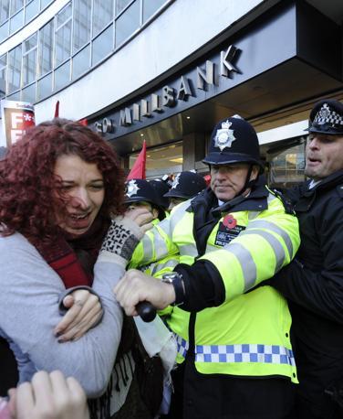 Tensione e scontri con la polizia a Londra davanti alla sede del Partito conservatore, dove diverse migliaia di studenti si sono radunati per protestare contro gli aumenti delle rette universitarie. Armati di bastoni, alcuni manifestanti hanno fatto irruzione nell'edificio, distruggendo le telecamere a circuito chiuso e infrangendo i vetri di alcune finestre (Reuters)