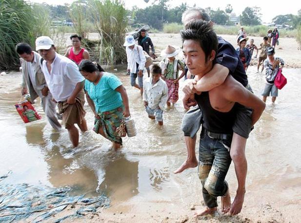 Almeno 10 mila persone di etnia karen sono scappati in Thailandia attraversando il fiume Moei per sfuggire agli scontri tra i i ribelli e l'esercito birmano (Epa)