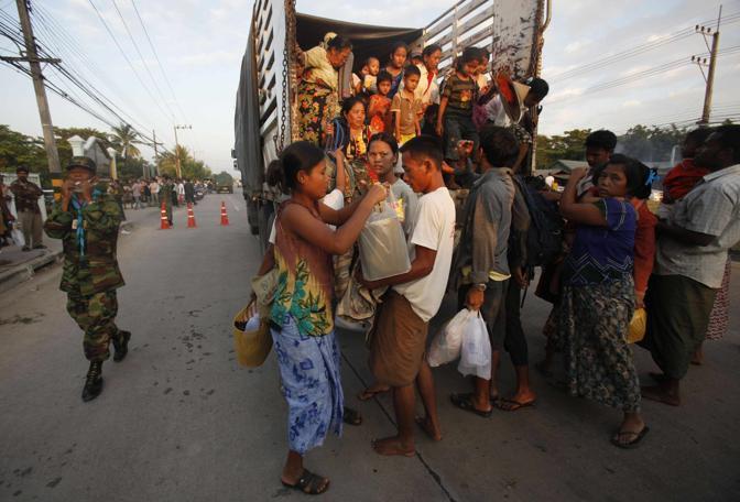 Un gruppo di rifugiati birmani in Thailandia (Reuters/Subprasom)