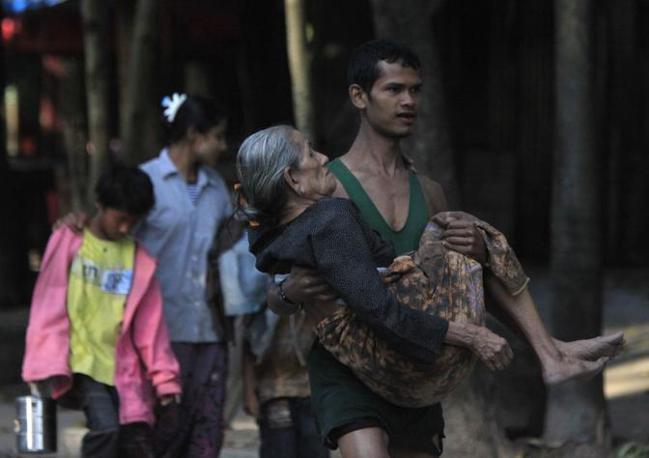 La fuga dei rifugiati attraverso il fiume Moei (Reuters/Subprasom)