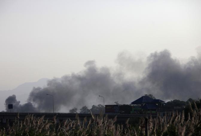 Fumo si alza oltre il confine birmano (Reuters/Subprasom)