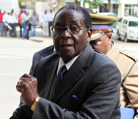 Il presidente dello Zimbabwe, Robert Mugabe, è liquidato come «vecchio pazzo» (Ap)