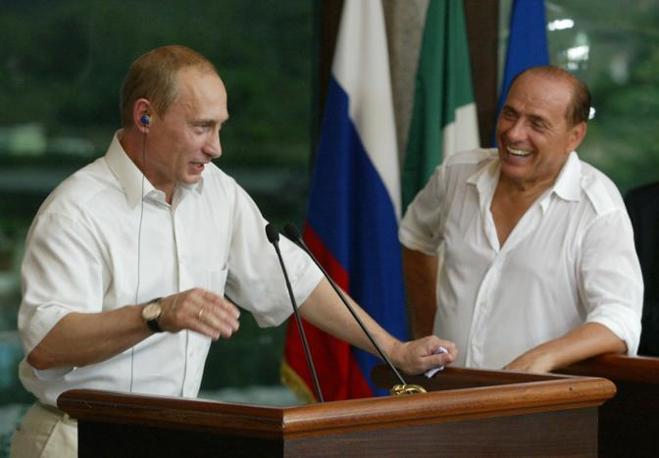 Conferenza stampa a Porto Rotondo nell'agosto del 2003 (Reuters)