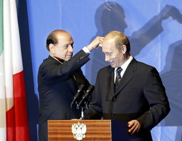 Berlusconi e Putin nel 2004 (Epa)