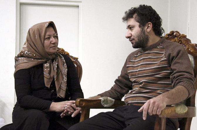 Le presunte immagini di Sakineh, scattate a Tabriz (nordovest dell'Iran) tra il 4 e il 6 dicembre, mostrano la donna da sola e in compagnia del figlio (Epa)
